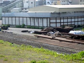 本日はダンプ数台とショベルカーが集合。前回撮影時に等間隔で積んであったコンクリート製の物体は片付けられたようです。